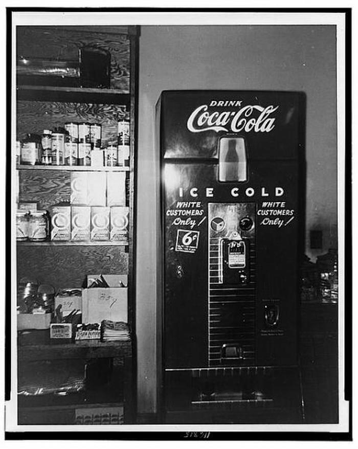 Аппарат по продаже Кока-Колы с надписью Только для белых