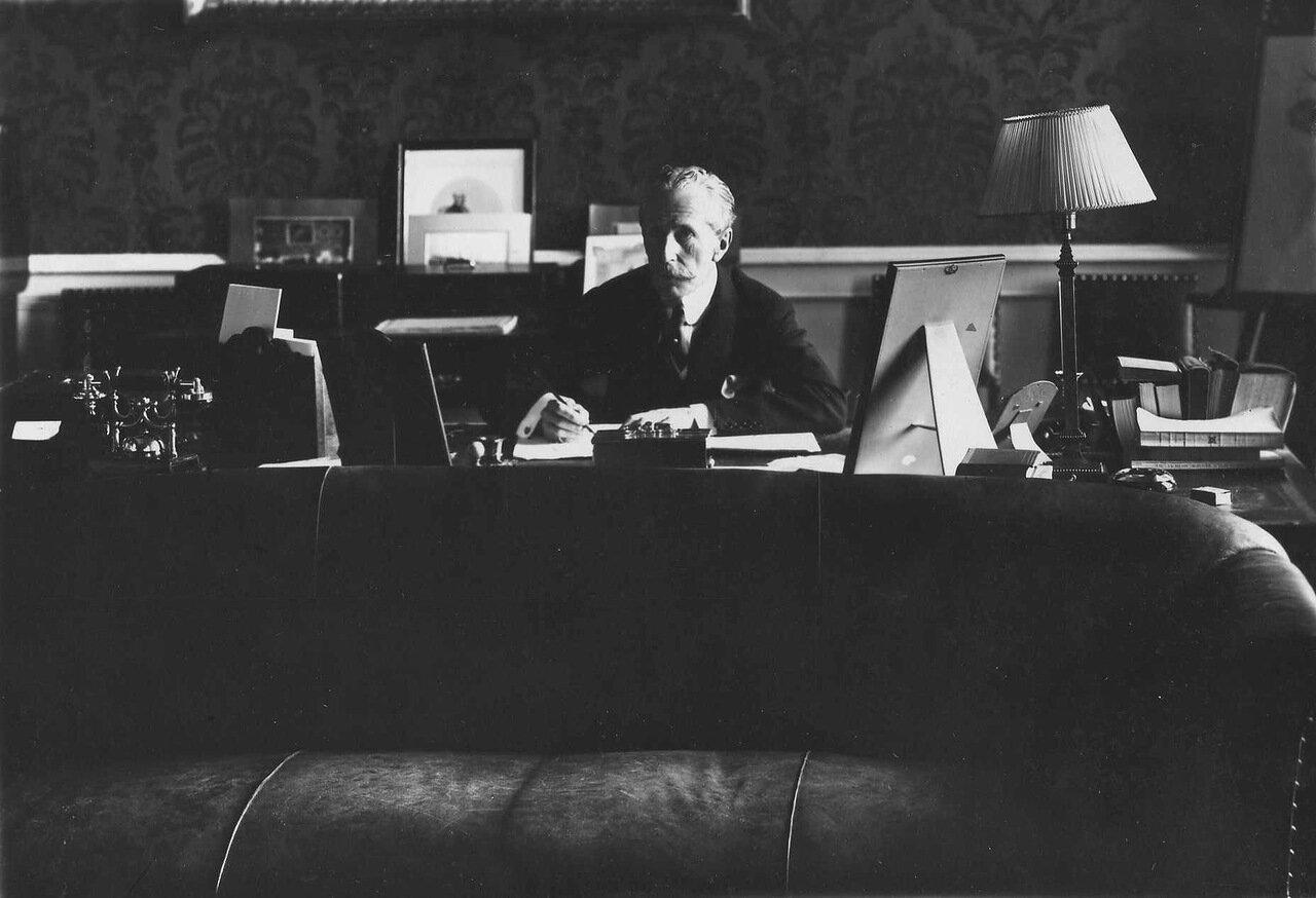 Посольство Великобритании (Дворцовая наб.4). 17. Чрезвычайный и полномочный посол сэр Джордж Уильям Бьюкенен (1854-1924) за письменным столом. (Посол в России в 1910 - 1918 гг.). 1914