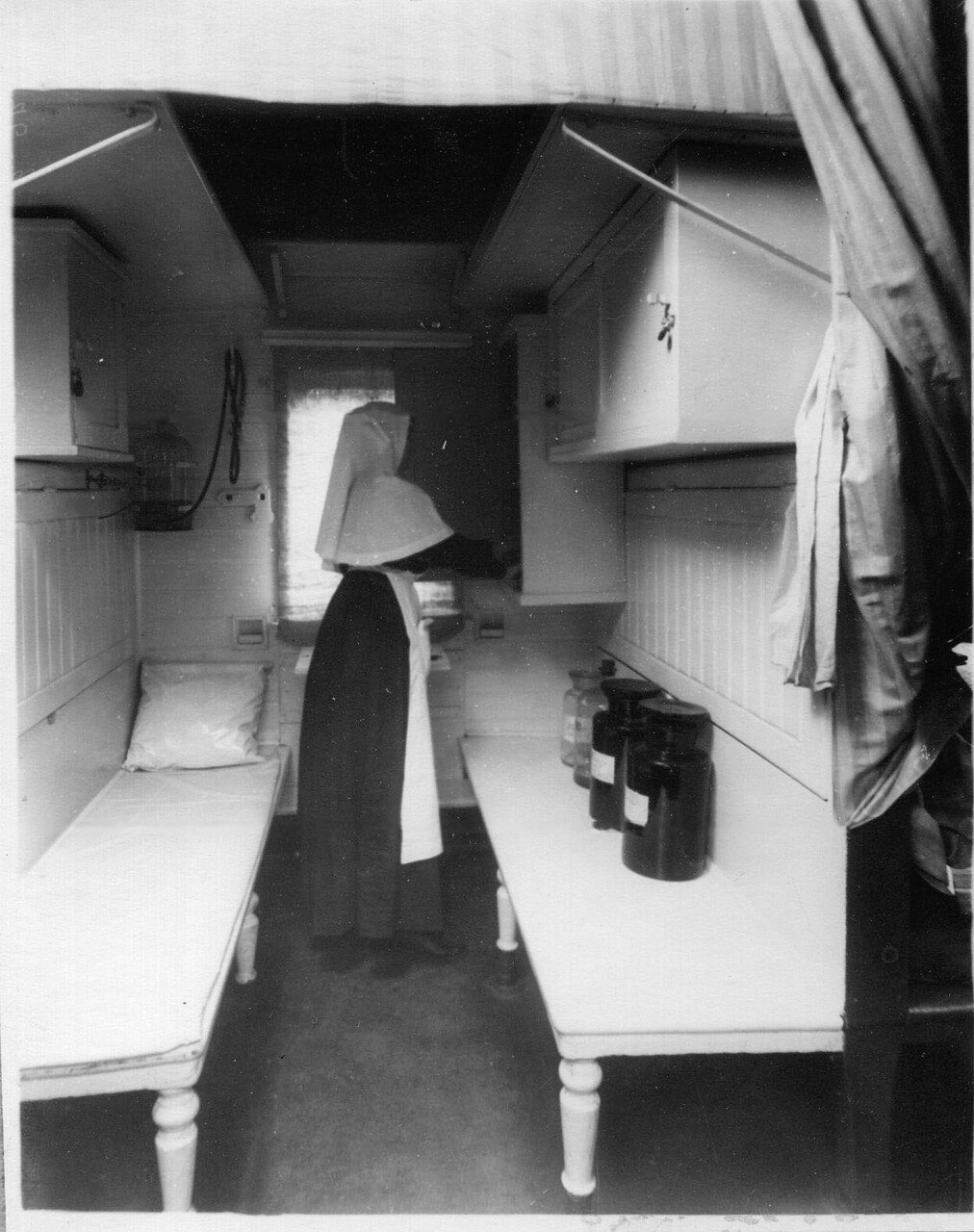 12. Медицинская сестра в купе, где хранятся медикаменты
