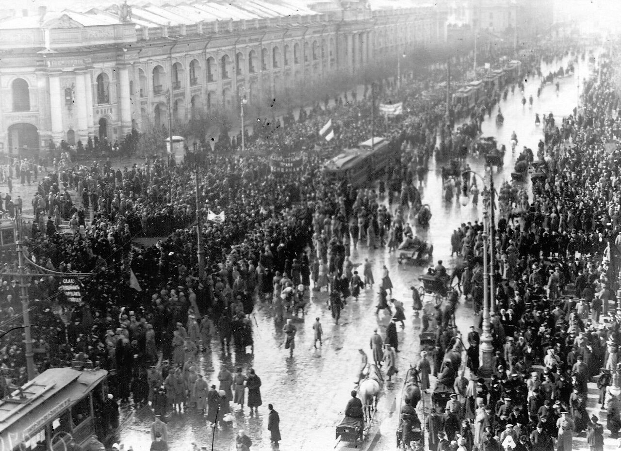 10. Колонна демонстрантов проходит по Невскому проспекту мимо Гостиного двора. 19 марта 1917