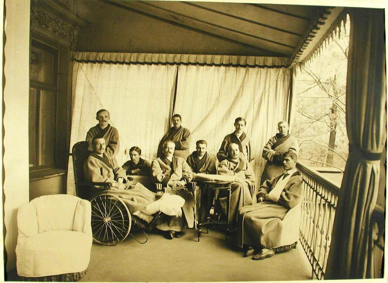 13. Группа раненых на балконе при офицерской палате лазарета