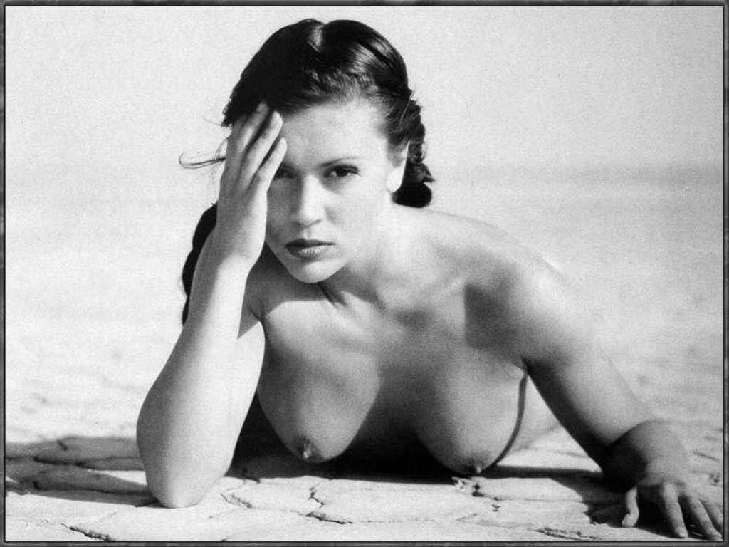 Худая с маленькой грудью позирует голой 19 фотография