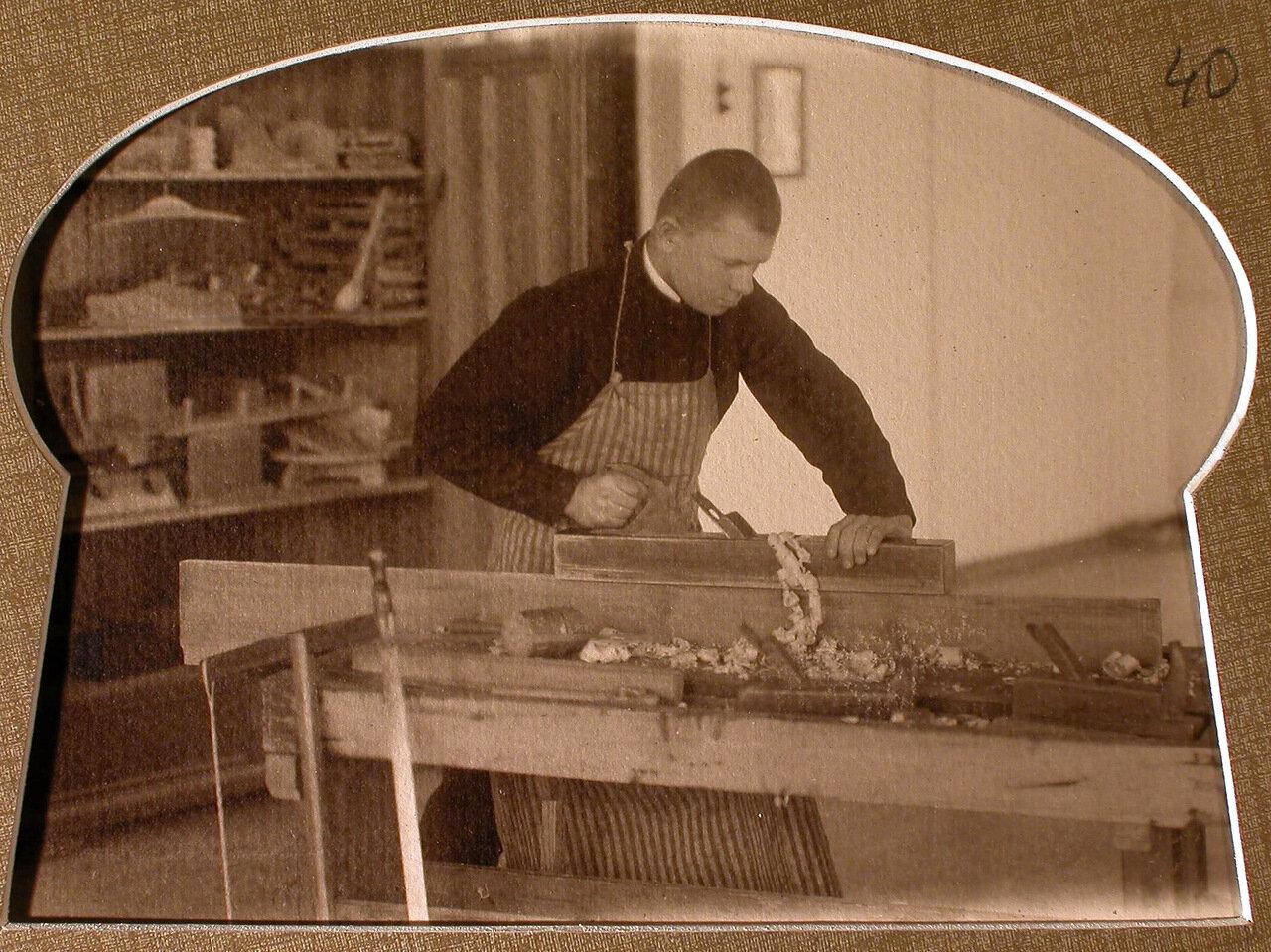 Класс ручного труда. Ученик за работой на столярном станке