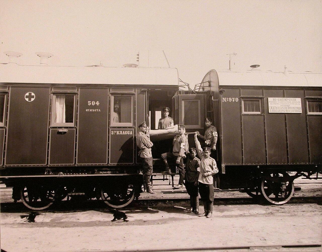 03. Группа санитаров поезда с носилками у специально оборудованной открытой для вноса тяжелораненых площадки