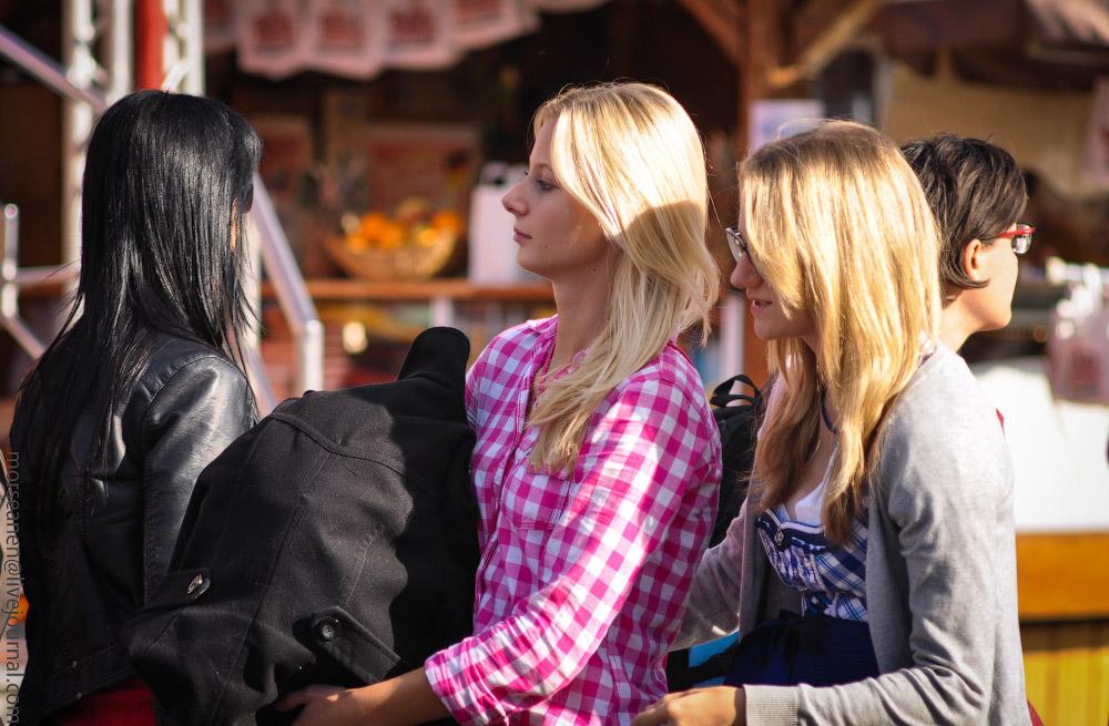 Женские выпуклости и впадины на Октоберфесте girls-Oktoberfest-(24).jpg