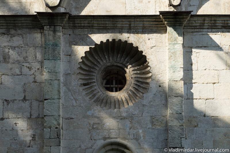 Окно-роза южного придела Церкви Преображения в усадьбе Остров