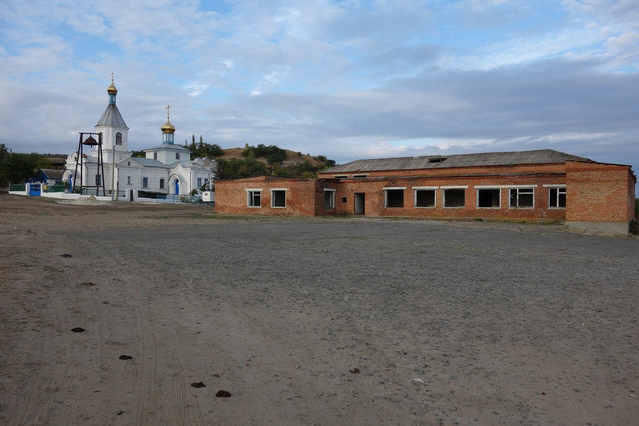храм и бывший клуб в хуторе Каныгин