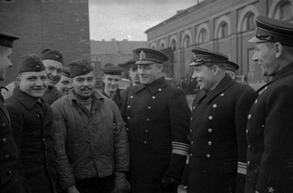 Адмиралы Н.Г. Кузнецов и В.Ф. Трибуц с экипажем подводной лодки Щ-406.jpeg