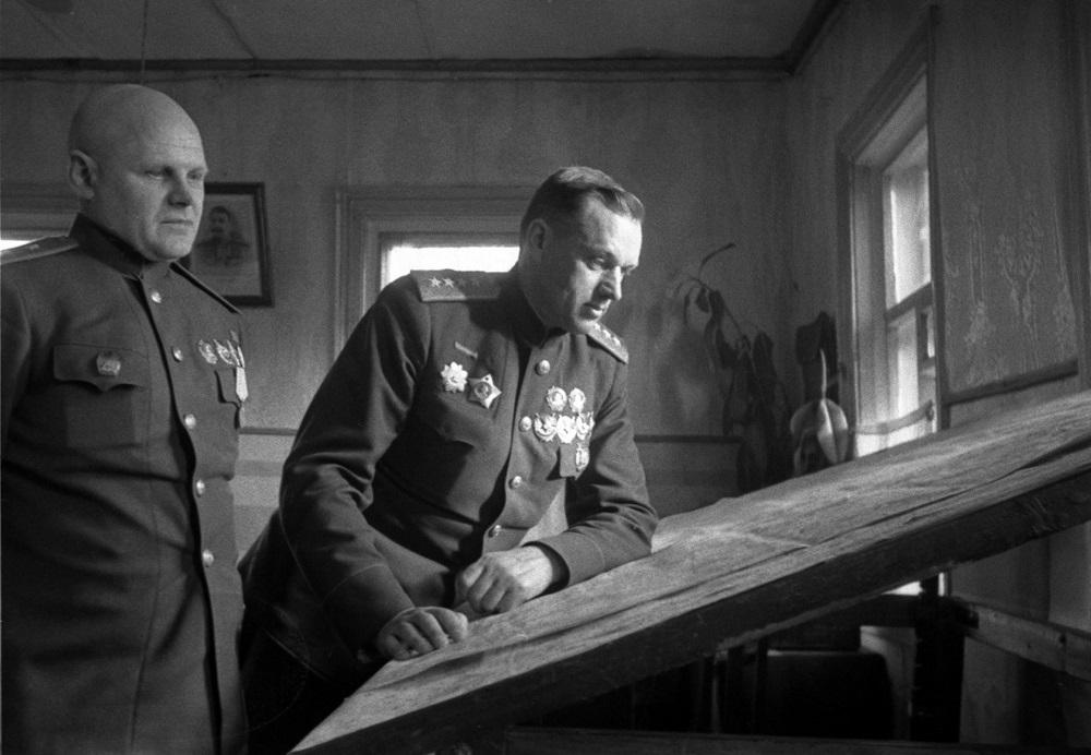 Генералы К.К. Рокоссовский и К.Ф. Телегин у карты в командном пункте 1-го Белорусского фронта.jpeg