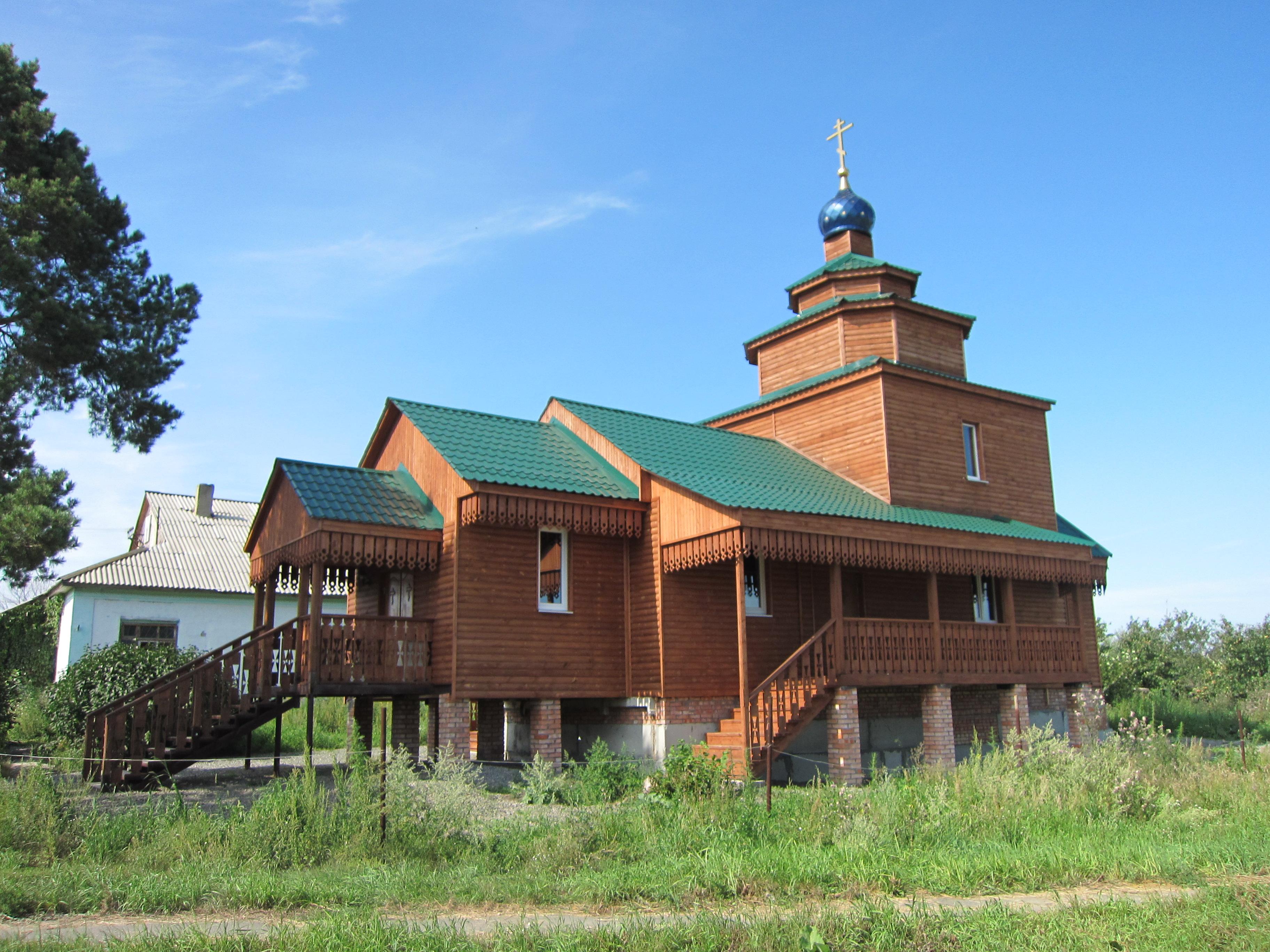 Общий вид храма в Хомутинино (15.08.2014)