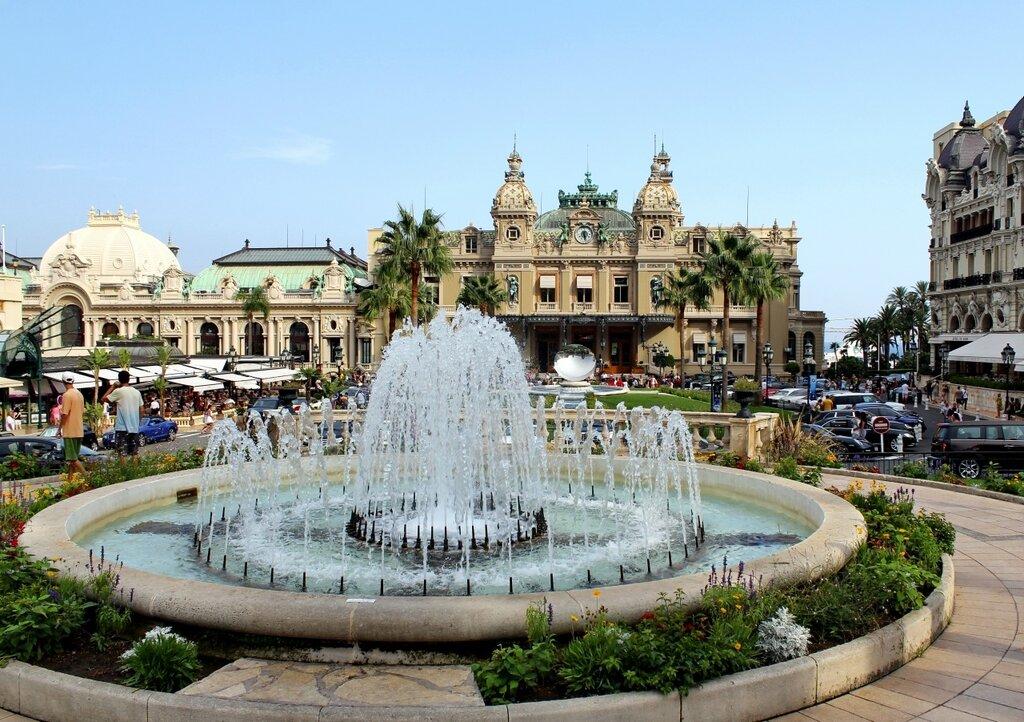 У казино Монте-Карло