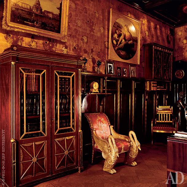 Стены кабинета К.Р. отделаны кожаными обоями и панелями красного дерева.