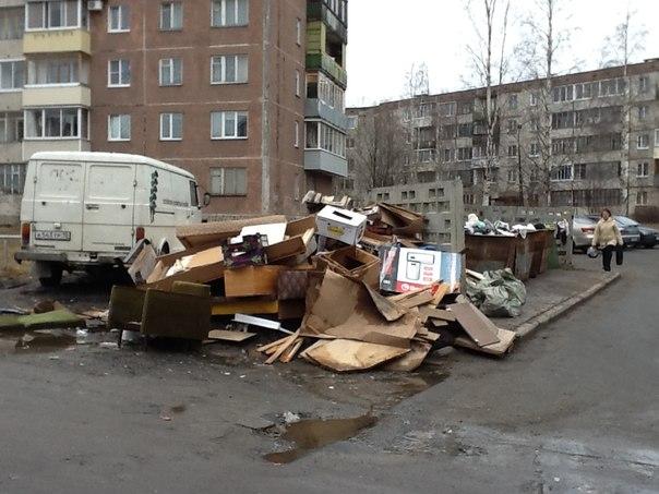 гора мусора во дворе дома
