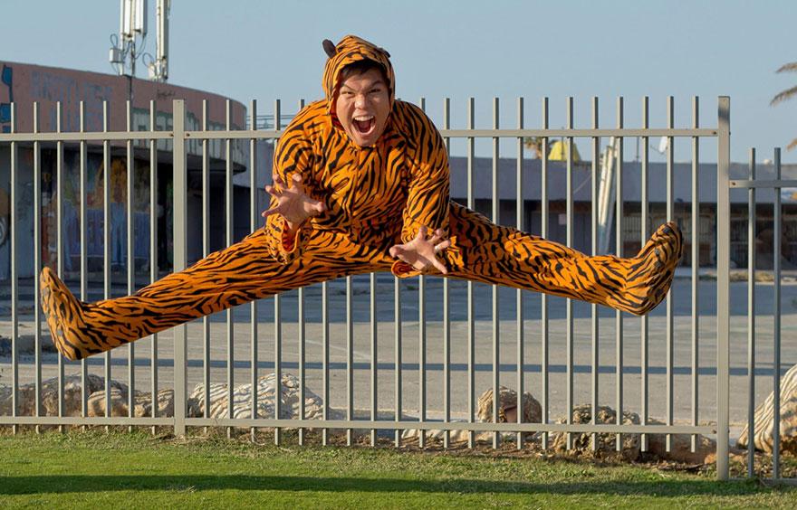 «Снимите, как я прыгаю!» Тигр Билли Кицо — профессиональный танцор и певец.