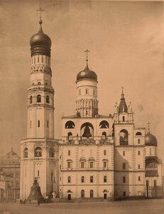 Вид восточного фасада колокольниИван Великий (1326 г.,три яруса-1505-1508 гг.,архитектор Бон Фрязин;надстроена в 1600г.) и Филаретовской звонницы (1624 г.,мастер Б.Огурцов)