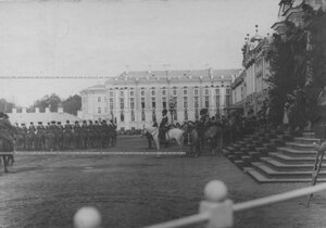 Император Николай II  принимает парад конвоя  на плацу перед   Екатерининским  дворцом  в день  празднования 100-летнего юбилея конвоя.
