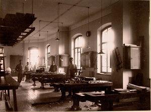Группа призреваемых в столярной мастерской.
