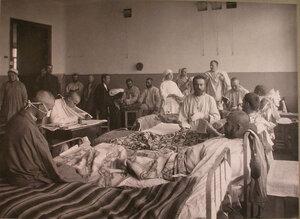 Раненые и сестры милосердия в палате лазарета,устроенного во 2-м Донском городском училище.