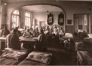 Раненые в палате лазарета,устроенного при Коронационном убежище.