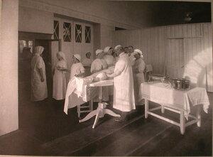 Врач и медицинские сестры перед началом операции в операционной лазарета,устроенного в помещении Купеческого клуба.
