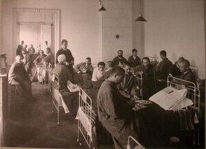 Раненые в палате лазарета,устроенного коллективом Художественного театра.