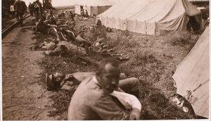 Раненые у палаток пункта №13 отряда Красного Креста В.М.Пуришкевича.