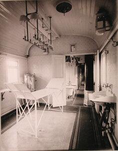 Внутренний вид вагона поезда, оборудованного под операционную.