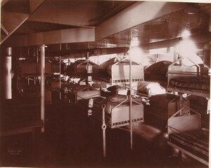 Вид части одной из палат плавучего госпиталя Орёл, оборудованных кроватями типа принятого на судовых лазаретах Французского флота.