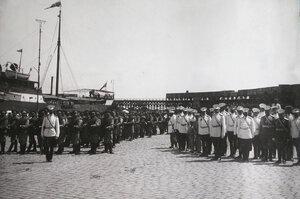 Военные чины на пристани в день встречи прибывшего с Дальнего Востока в порт парохода с эвакуируемыми нижними чинами и запасными.