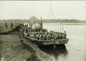 Солдаты и офицеры роты на барже во время переправы через р.Вислу.