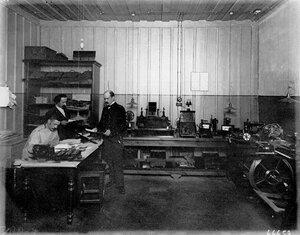 Старшие служащие за изучением анализов в лаборатории.