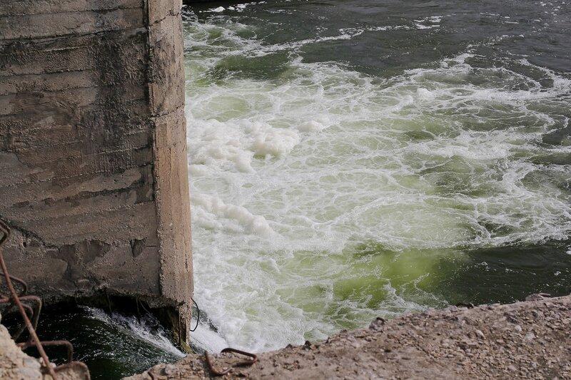 Водяные струи и пена у выпуска ГЭС в с. Перевоз на реке Воя