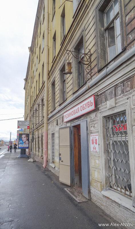 А вот и первый признак того, что мы приближаемся к бывшему резиновому центру Российской Империи.