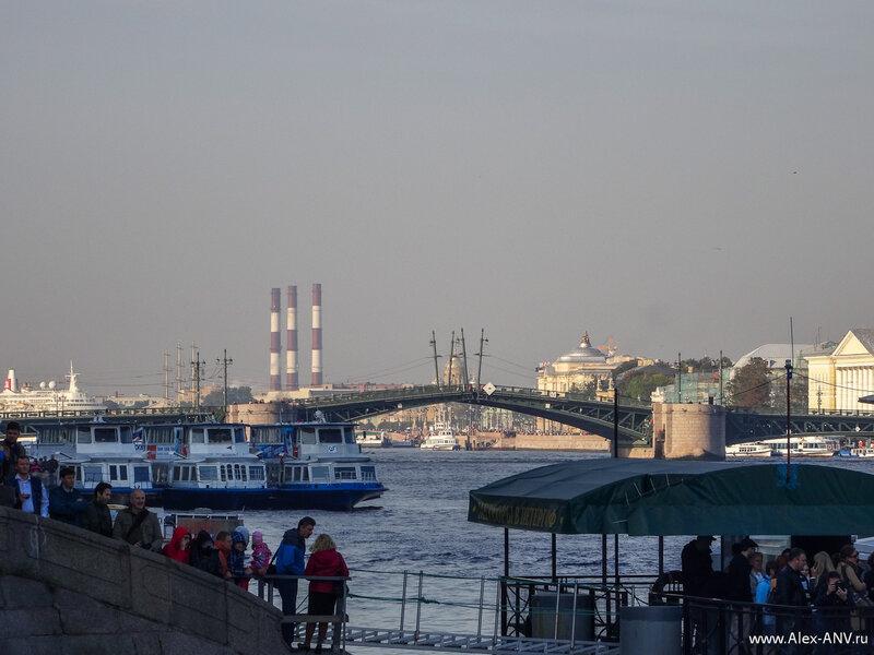 В десять утра начали разводить Дворцовый мост.