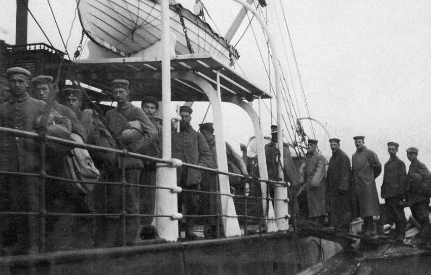 Военнопленные на пароходе ФЕДОР ЧИЖОВ (Арх. 1915).jpg