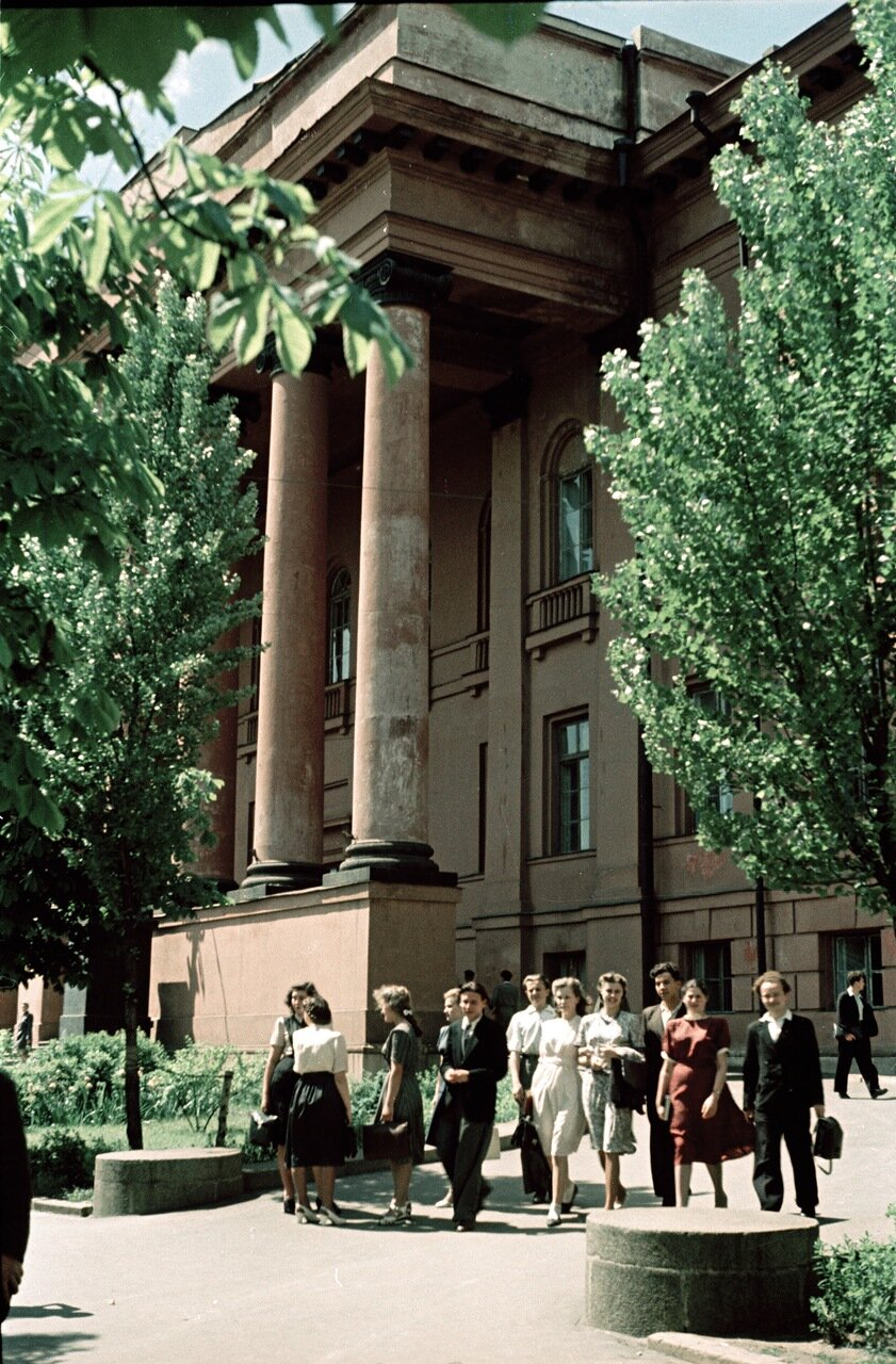 У здания университета им. Шевченко