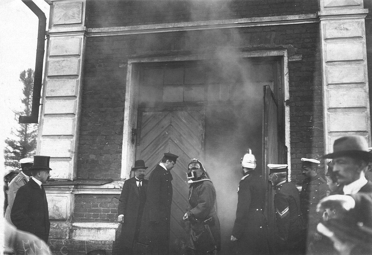 05. Пожарники дружины тушат горящее помещение во время пожарных опытов. 1909