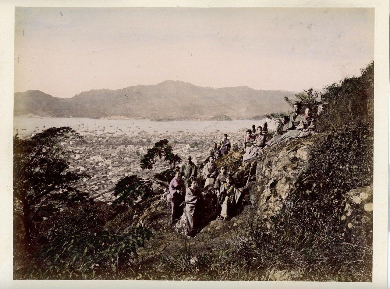 Группа на фоне морского пейзажа