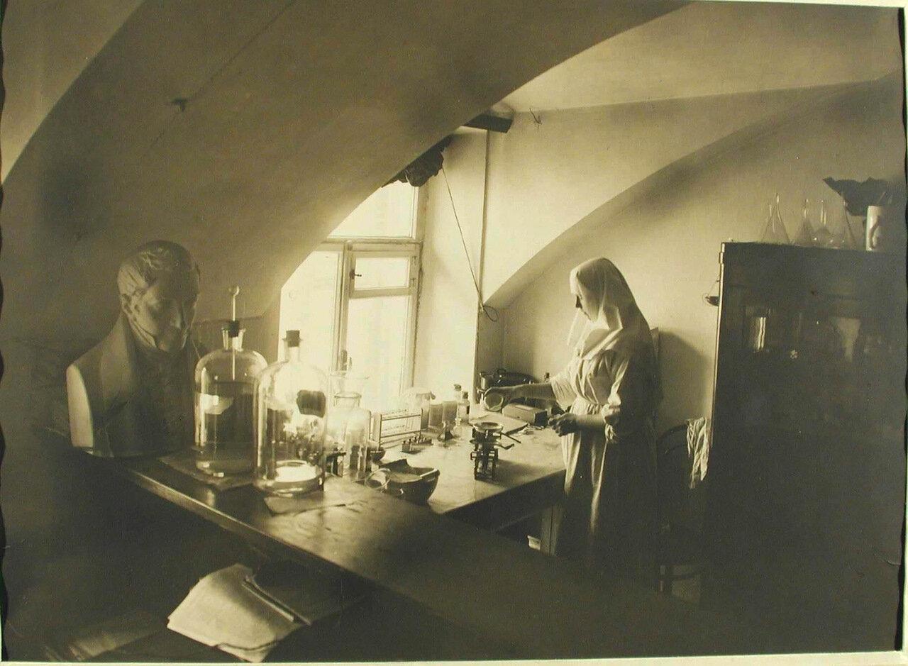10. Сестра милосердия в аптеке лазарета за приготовлением лекарства