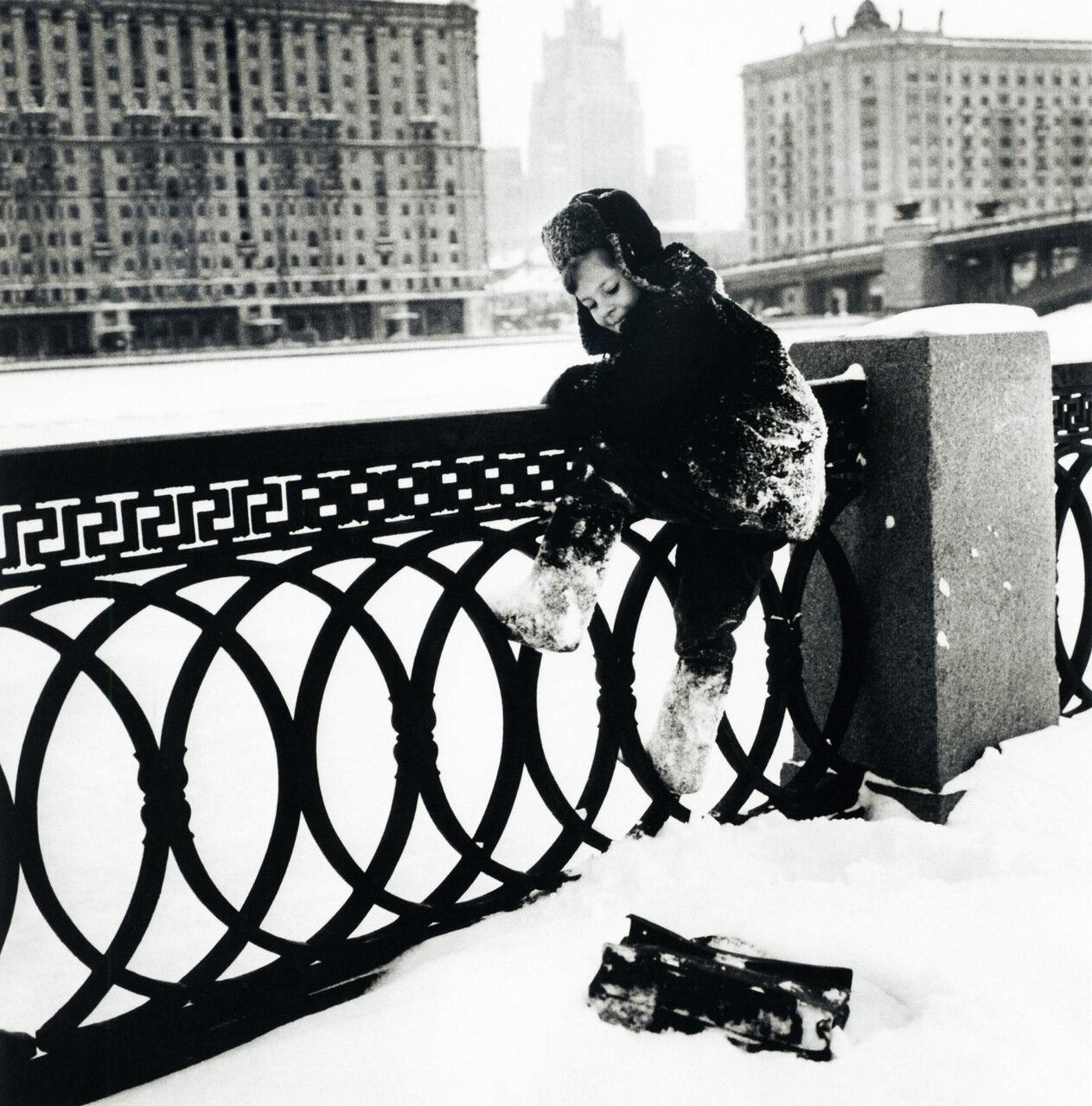 Коля живет в Москве