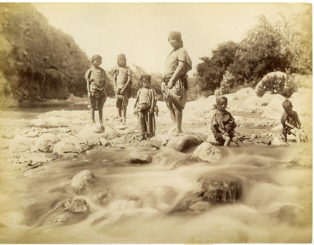 1875. Дети у ручья