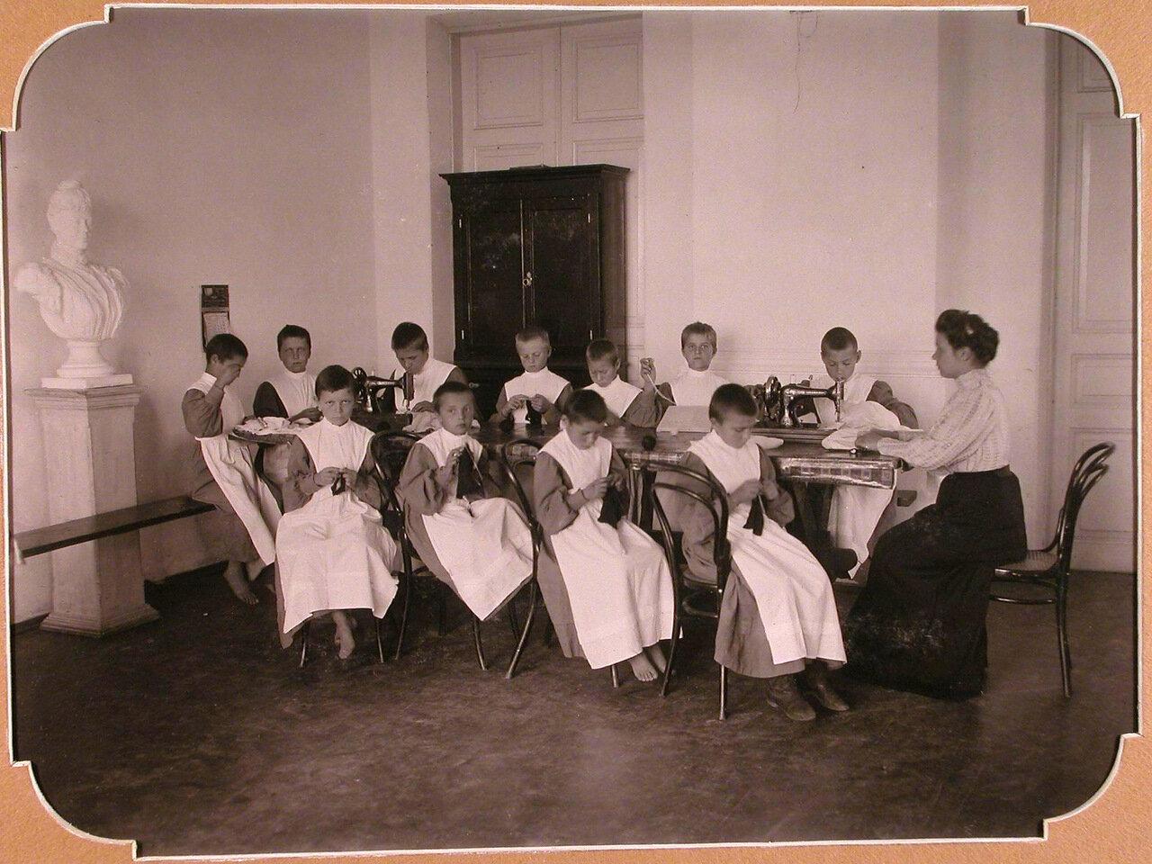 10. Воспитанницы школы во время урока рукоделия