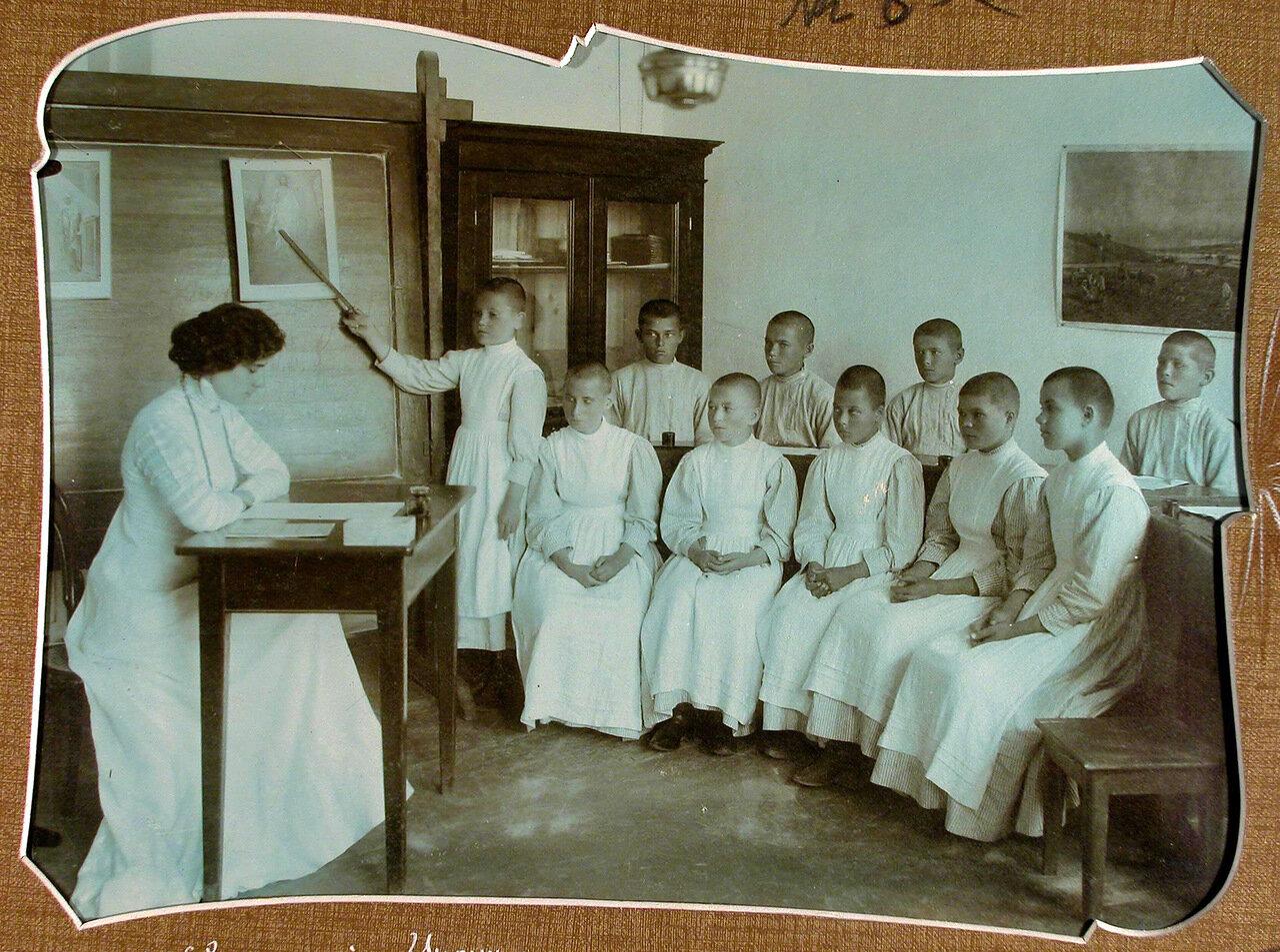 05. Ученики 3-го класса на уроке наглядного обучения в школе-санатории