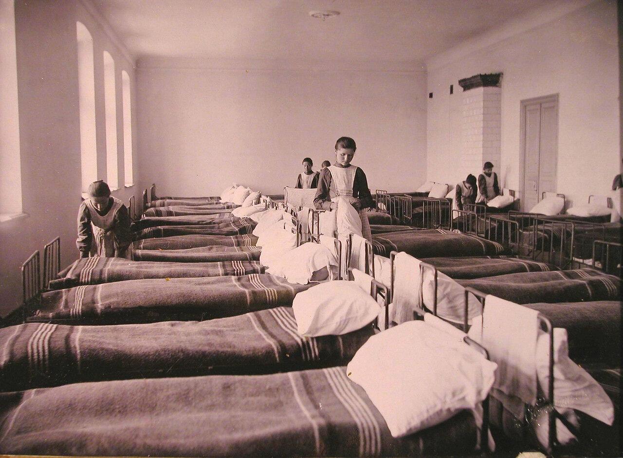 07. Группа воспитанниц в спальне Николаевского детского приюта