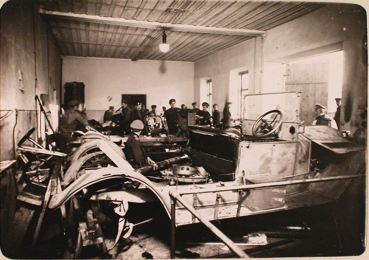 13. Группа солдат и офицеров в автомобильной мастерской авиароты. Псков