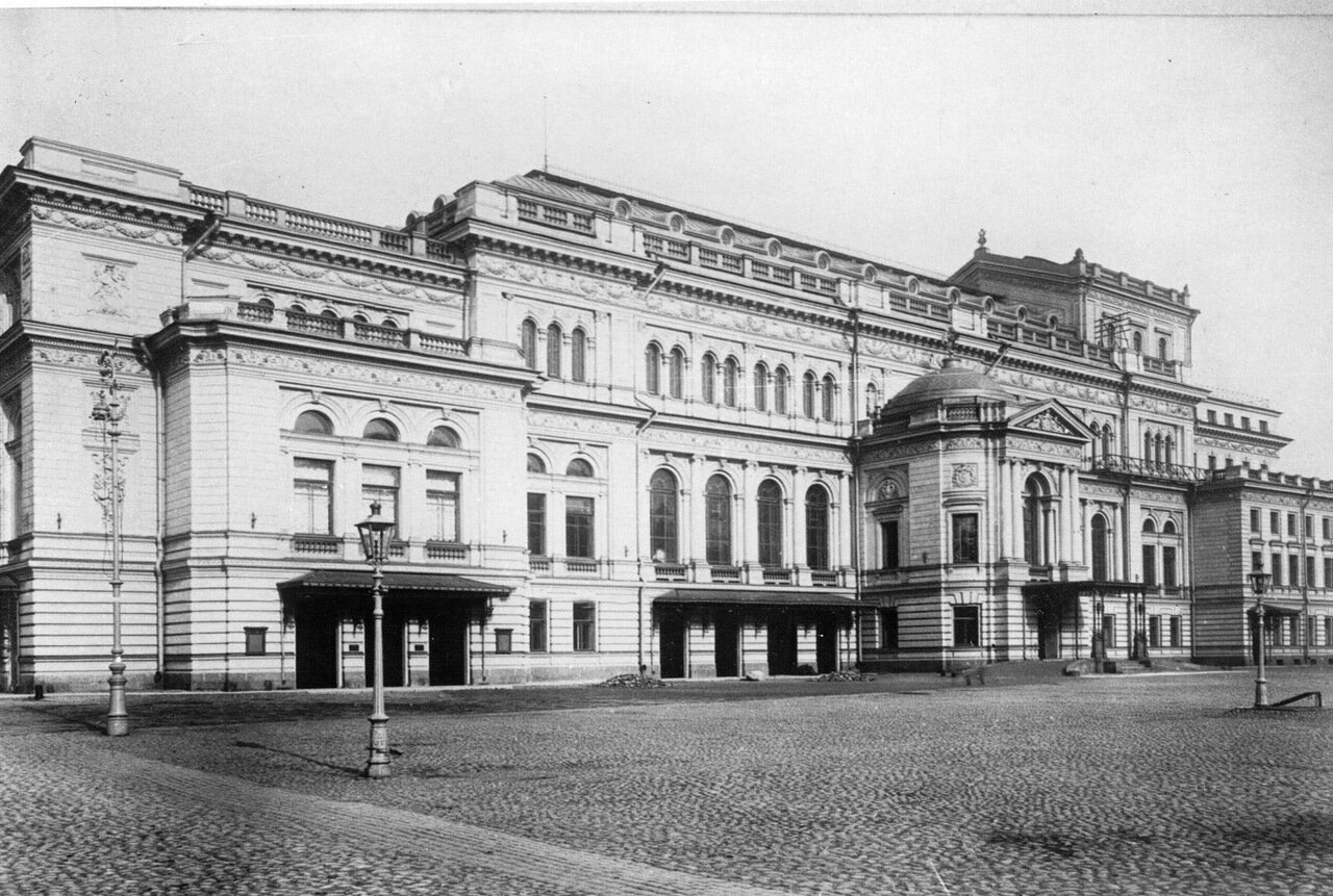 01. Внешний вид здания консерватории и часть Театральной площади