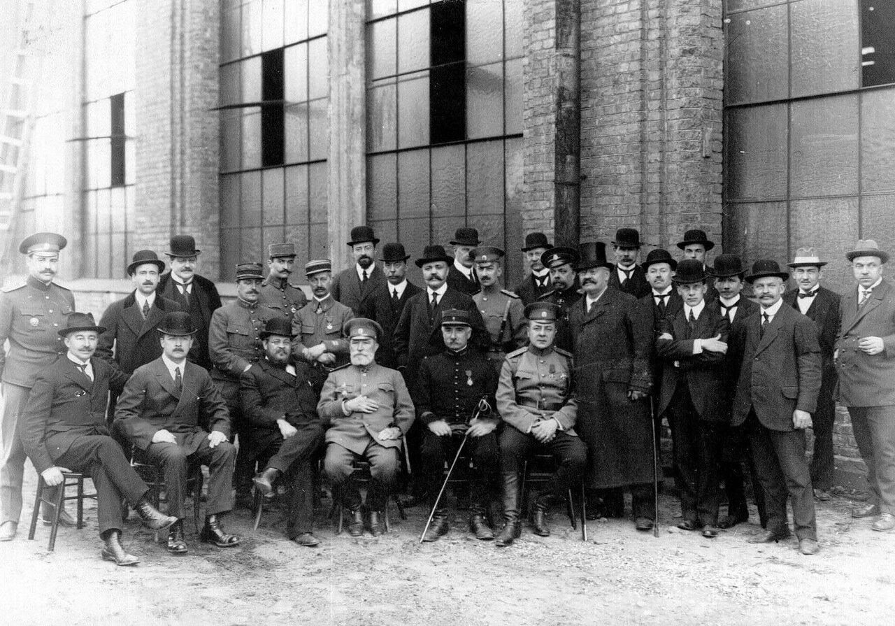 18.Группа членов французской военной миссии у здания акционерного общества.1916