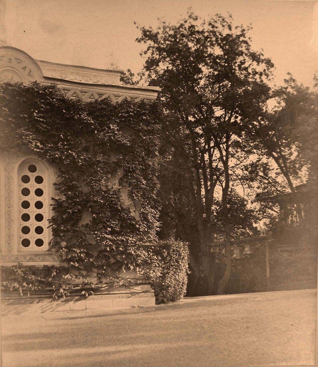 04. Ливадия. Вид части западного фасада здания церкви Воздвижения Креста Господня (архитектор И.А.Монигетти); справа - звонница.