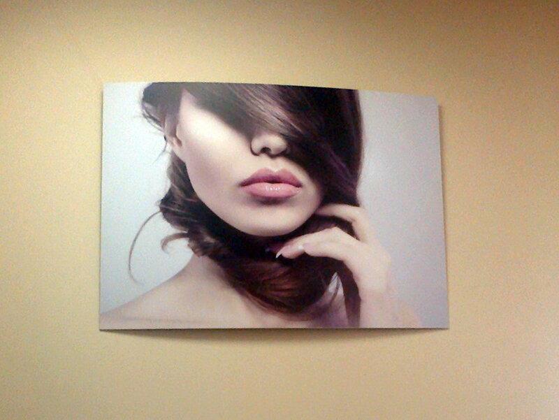 портрет на стене