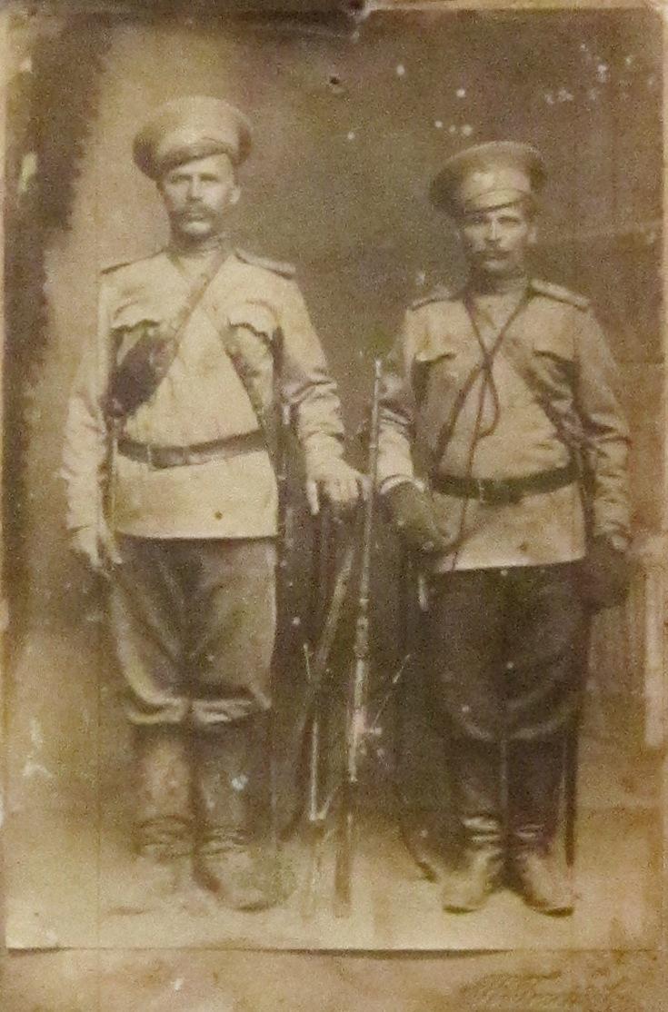 Участник Первой мировой войны Попов Григорий Степанович со своим братом Феоктистом Степановичем. Австро-Венгрия, Галиция. 1915 год.
